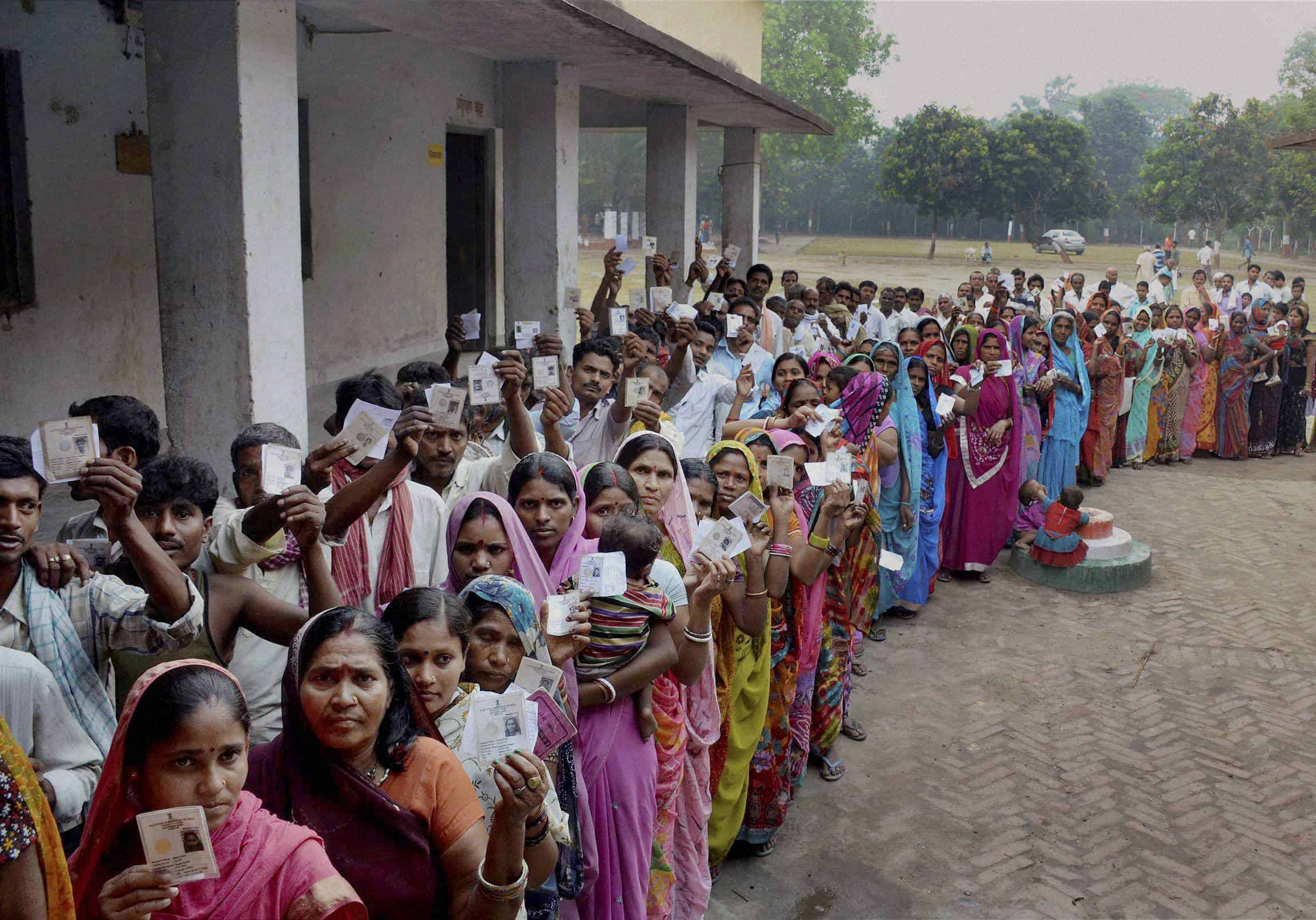 Hajipur: Voters stand in long queues to cast their votes for Lok Sabha polls at a polling station in Hajipur on Wednesday. PTI Photo(PTI5_7_2014_000093B)